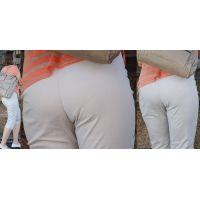長身で色白美肌の爽やかな美形ママさんは形の良いパンツ美尻に喰い込んだパンティーのラインをクッキリと浮かび上がらせる!!
