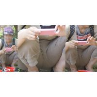 色白爽やかで可愛い若ママさんは子供の写真撮影に夢中で暑さで蒸れた股間をオシッコポーズでガッツリと魅せ付けてくれる!!