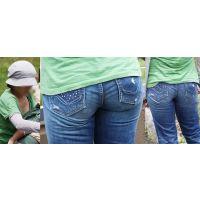 優しそうでムッチリしたカラダの可愛い若ママさんはパンティーが喰い込んだジーンズ美巨尻のラインをクッキリと浮かび上がらせる!!