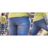 元気で可愛い若ママさんは汗でピッタリ張り付いたジーンズが美尻を強調する...パンティーラインも薄っすら浮き上がる!!