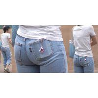 小柄で可愛いママさんは形の良い美尻でジーンズがパンパン...背中には喰い込んだブラのラインがクッキリと浮かび上がる!!