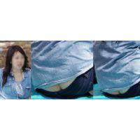 色白でムッチリした可愛い若ママさんはジーンズの腰から美巨尻のワレメをガッツリと覗かせてくれる!!