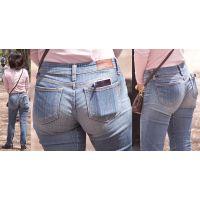 【前編】ブラジャーも透けさせる美形奥様はジーンズ美巨尻から高級ガードルをガッツリと覗かせてくれる!!