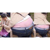 真面目そうなムチムチしたカラダの奥様はジーンズの腰から大き目フルバックのパンティーをガッツリと覗かせてくれる!!