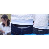真面目で優しそうな可愛い奥様はジーンズの腰からクリーム色の蒸れたガードルショーツをチラチラと覗かせてくれる!!