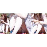 小柄で可愛いらしいお姉さんはスカートの中で蒸れた恥ずかしい白いパンティーをチラチラと覗かせる!!