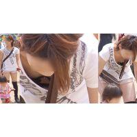 可愛くて健康的なヤンママは子供に夢中で胸元から黒xピンクのブラジャーをチラチラと覗かせてくれる!!