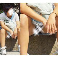 【座り】スカートの奥で蒸れた股間部分を魅せる小麦色のお姉さん
