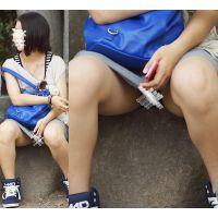 【座り】グレーのスカートの奥のシマシマを魅せる優しそうなお姉さん
