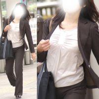 スレンダーな美人長身OLさんは美乳をプルプル揺らして歩く...