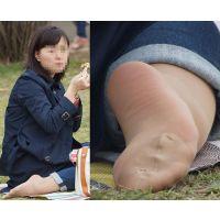 【足裏】おっとり系のキレイな奥さんの蒸れた恥ずかしいパンストの足の裏