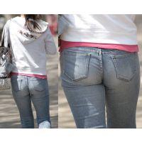 履き込んだジーンズに柔らかそうな美尻のヒップラインが浮かび上がるカワイイお姉さん...