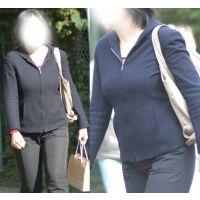 真面目そうなムッチリお姉さんは歩く度に柔らかくてボリューミーな巨乳がユッサユッサ...