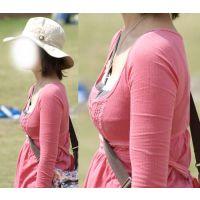 可愛いママはたすき掛けで形の良い美巨乳が強調されてプルプル...