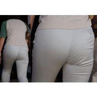 【パンティーライン】柔らかそうな爆尻に喰い込んだパンティーのラインを浮かべるママさん