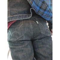 大きなジーンズ尻