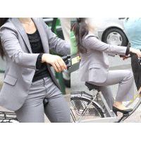 美人OLさんは営業自転車のサドルを蒸れたパンツスーツ股間にグリグリ...