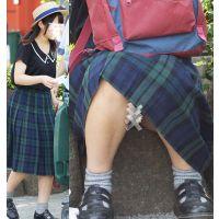 【座り】チェックのスカート奥の水色を魅せる優しそうなお姉さん