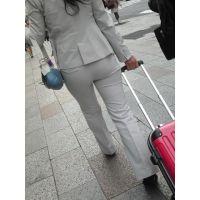 ロングガードルで美尻を固めるパンツスーツのセレブ奥さん