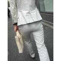 オフホワイトのパンツスーツがパンパンに張る巨尻