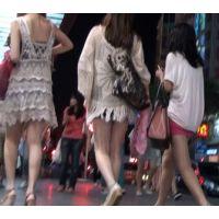 【女子大生】エロい太ももを見せびらかしながら夜の街を歩く美人女子大生