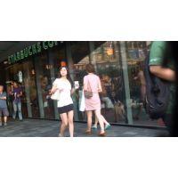 【ミニスカ】超ミニの黒いミニスカを履いてゆっくり歩いている太もも女子