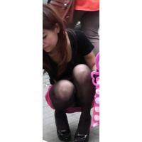 【街撮り】ピンクタイトスカートしゃがみパンチラ
