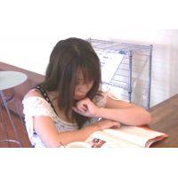 ◆カフェでくつろいでいる女の子のパンチラ盗撮 02
