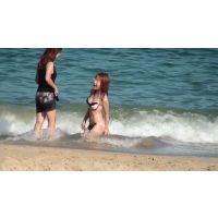 【胸チラ】下着で海水浴? 浮きブラからチラチラ見えてるよ。