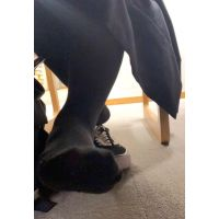 [Video] High school girls take off their shoes at the library �