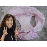 【悪戯】憧れ続けていた友だちのセレブママのピンクのパンティー