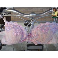 【悪戯】憧れの店員さんが乗る自転車に身に着けていたピンクのブラジャーを絡めて興奮...
