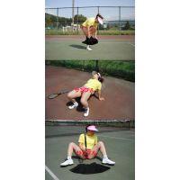 テニスコートで露出プレイ