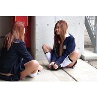 校舎裏でたむろする女子高生