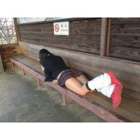 駅でおくつろぎ制服チラ