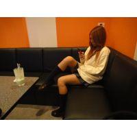 『座りパンチラ』歌う激ミニ女子高生