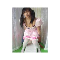 アルバイトの女の子に衣装を着て風船を割ってもらいました。