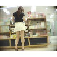 脚の綺麗なスタイル抜群の淑女が前かがみになったところを後ろから