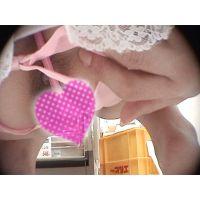 かわいいピンクのパックリ割れたショーツが・・・