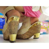 竹下通りのドラッグストアで見つけた脚の綺麗なスレンダー美女はゆるゆるのショーツを穿いていて・・・