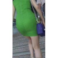むっちりといやらしい腰つきの緑ミニワンピ