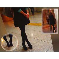 黒タイツの美脚おねーさんを前後から撮ってたら靴脱ぎまでしてくれた