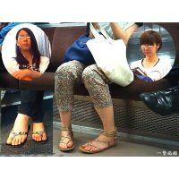 電車内で見る学校帰り女子大生の生々しいつま先を観察しました