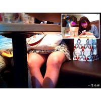 カフェで楽しそうにお話している女子大生の股間チラリズムを楽しむ