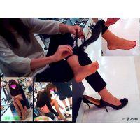 靴屋で試し履きしている人妻に接近して足指・足裏・かかとを観察する