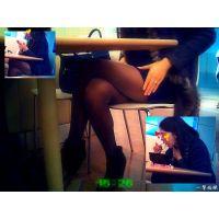 フードコートで食事中の女子大生がWで美脚で可愛い 可動カメラ編