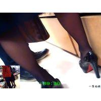 他人様の彼女の美脚に最接近して足首を舐めまわすように観察してみた