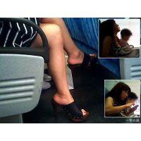 隣に座った熟女の生足に興奮したので数分間観察しました