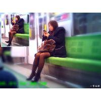 電車内で見かけた薄黒パンストのおねーさんの自然体な姿を観察