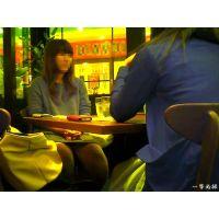 隣のテーブルで食事しているおねーさんの暗い股間が気になって観察